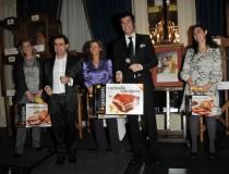 El Mago More y Jorge Fernández, presentadores de la Subasta, entregando los regalos a los ganadores de los sorteos